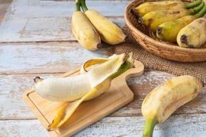 små skalade bananer foto