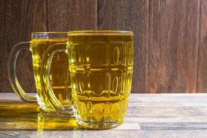två muggar öl foto