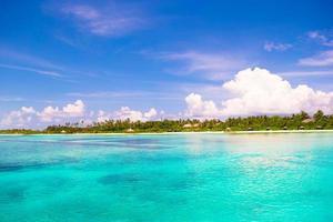 Maldiverna, Sydasien, 2020 - Idyllisk tropisk strand under dagen foto