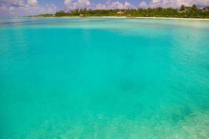 Maldiverna, Sydasien, 2020 - Turkos vatten på en tropisk ö foto