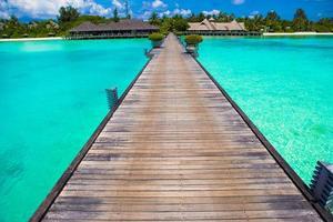 Maldiverna, Sydasien, 2020 - Tom brygga på en tropisk semesterort foto