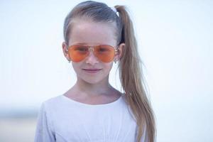 flicka som bär solglasögon
