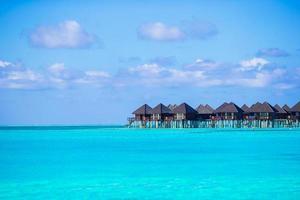 Maldiverna, Sydasien, 2020 - vattenvillor på en tropisk ö foto