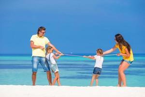 föräldrar och barn som spelar dragkamp