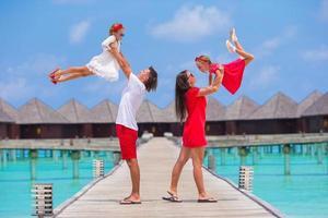 Maldiverna, Sydasien, 2020 - föräldrar som har kul med barnen på en sommarresort foto