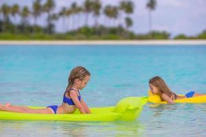 två tjejer som flyter i vattnet foto