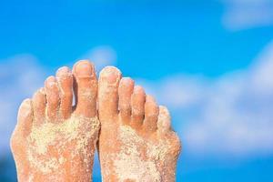 närbild av sandiga fötter