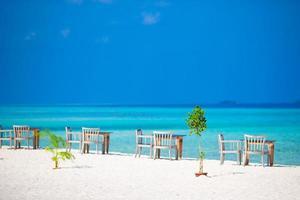 Maldiverna, Sydasien, 2020 - tomt uteservering nära havet