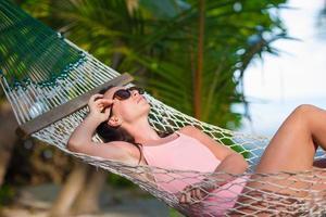 kvinna i en hängmatta på en strand