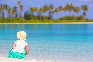 flicka som leker vid vattnet