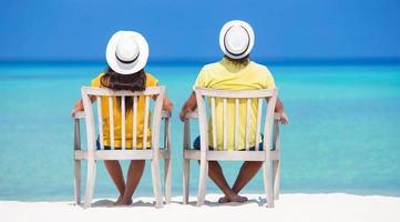 par som kopplar av på stranden foto