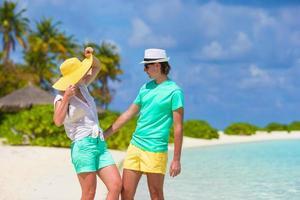 par njuter av en dag på stranden foto