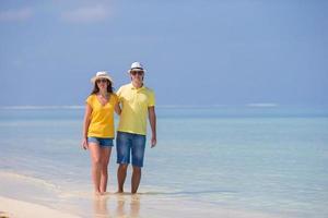 par som går på en strand foto