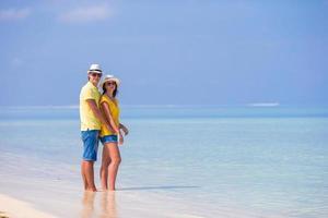 par som omfamnar på stranden foto