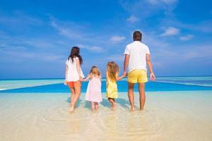 familj på en strand under sommarsemester foto