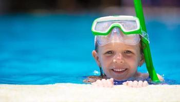 flicka i en pool med snorkelutrustning foto