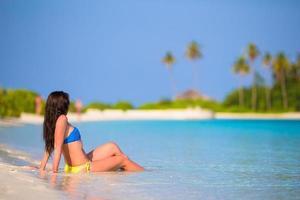 kvinna njuter av en tropisk strandsemester foto