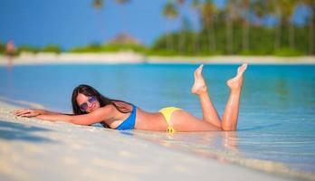 kvinna sola på stranden foto
