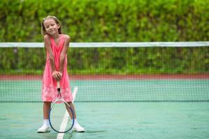 flicka som håller en tennisracket foto