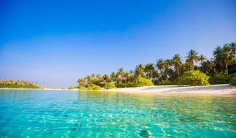 klart blått vatten på en strand foto