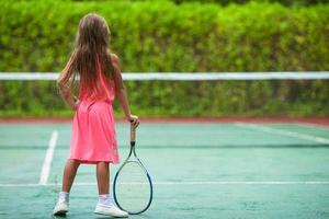 flicka på en tennisbana foto