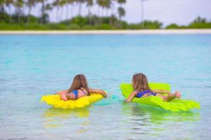 två tjejer på floaties foto