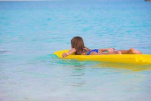flicka på en floatie foto
