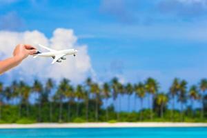 närbild av handen håller leksak flygplan foto