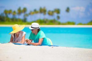 par som lägger på en strand foto