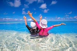 två flickor i en pool
