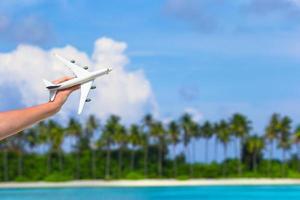 leksaksflygplan mot en blå himmel foto