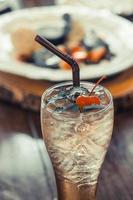 glas is svart te med körsbär på toppen foto