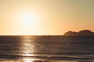 gyllene solljus på stranden foto