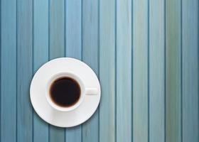 ovanifrån av en kaffekopp på en blå träbakgrund