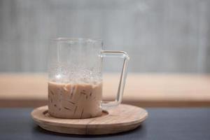 iskaffe på ett trälock