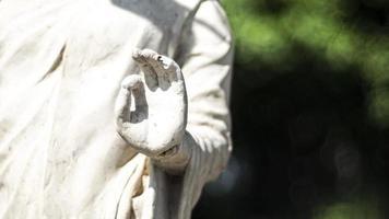staty av buddha som står i meditation