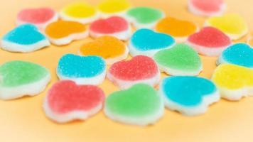 selektiv mjuk fokus av godis i hjärtformar foto