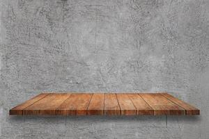 trähylla på en grå betongbakgrund foto
