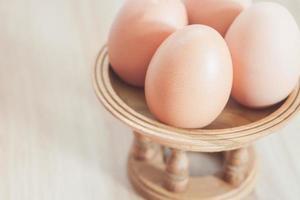 närbild av ägg på ett stativ