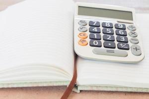 miniräknare på en tom anteckningsbok foto