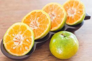 skivade apelsiner på ett bord foto