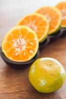 skivor av färska apelsiner foto