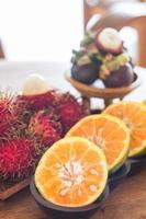 frukt på ett träbord