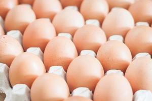 närbild av ägg i en låda
