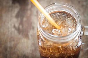 närbild av ett glas cola foto