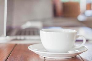 vit kaffekopp på ett kafé foto