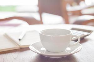 vit kaffekopp på ett kafé