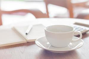 kaffekopp på träbord i ett kafé foto