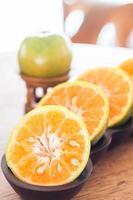 apelsiner på ett bord foto