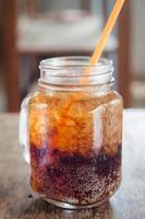 närbild av en burk cola foto